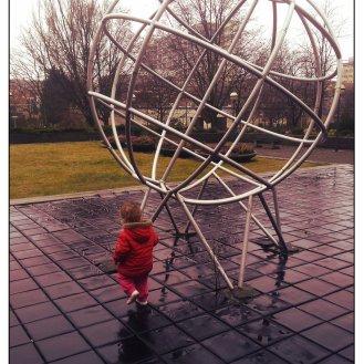 Het kleine meisje in de regen
