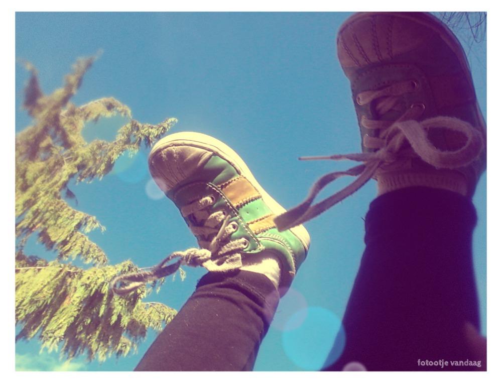 voetjes in de lucht