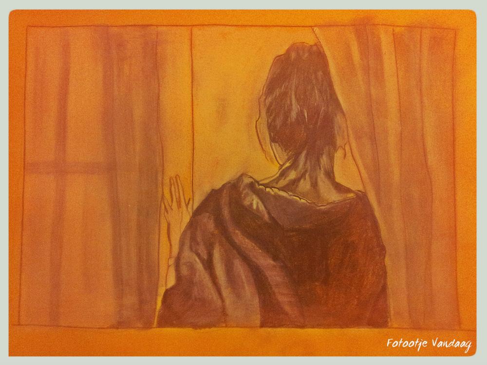 Vrouw bij het raam, grafiet potlood en wit pastelkrijt.
